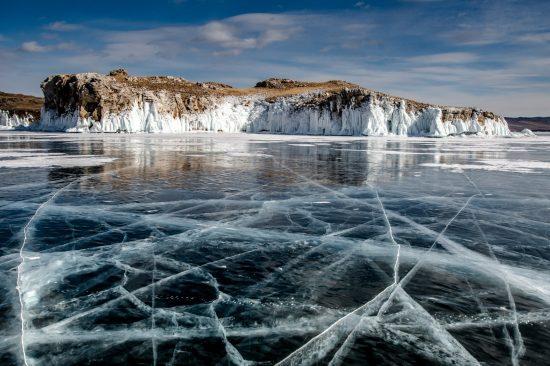 Vue du sud de l'île d'Oltrek Lac baikal Sibérie Russie. Photo prise en mars sur la glace du lac qui atteint à cette époque +/- 1 m d'épaisseur.